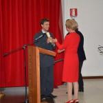 La Presidente consegna il premio allo studente prescelto