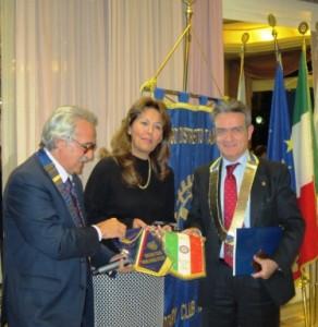 Nella foto accanto al nostro Presidente e alla dr.ssa Carmen Lasorella vi è il Presidente del club Roma Est ing. Corrado Iannucci