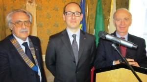 Walter Buscema fra il presidente Saraceno e Mariano Marotta